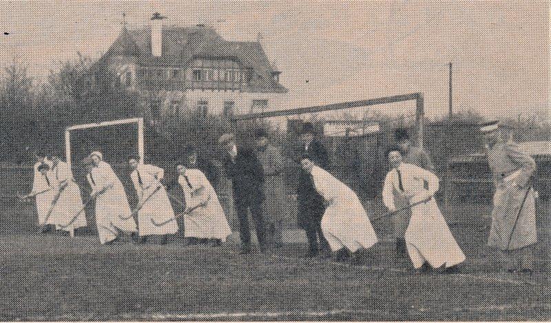 Leipziger-Damenmannschaft-bei-kurzer-Ecke-aus-DHZ-32-33-1954-2